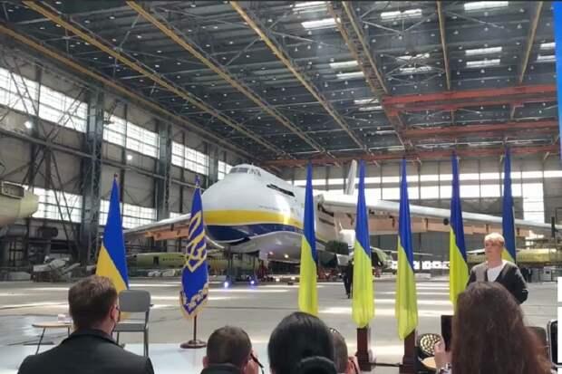Президент Украины на фоне Ан-124 без двигателей