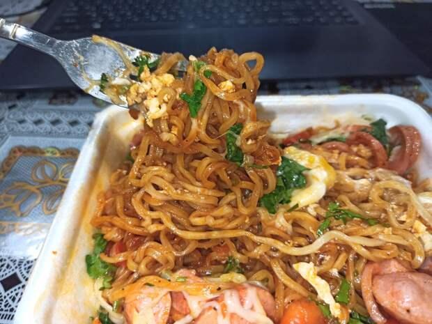 Знакомый повар поделился необычным рецептом вкусного и бюджетного Доширака, который готовится за 5 минут