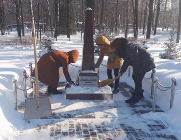 Мемориальную стелу в Лианозовском парке очистили от снега к 23 февраля