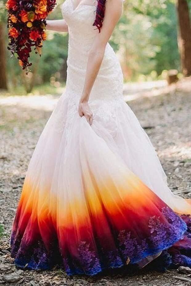 Некоторые невесты уже не считают белый цвет обязательным для свадебного платья. Художница Тейлор Энн Линко превратила свой подвенечный наряд в настоящее чудо.