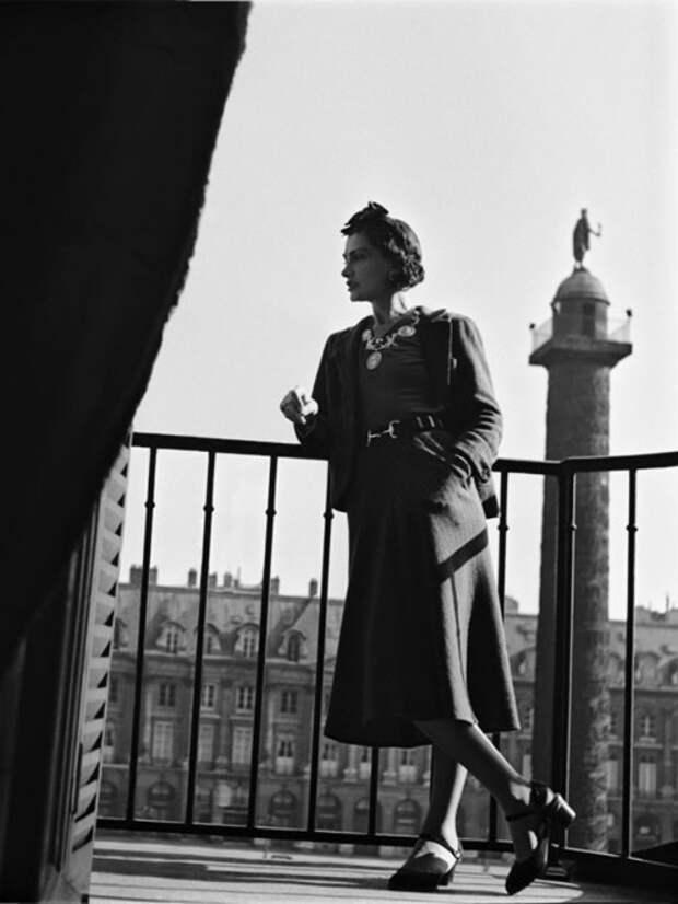 Коко Шанель на балконе своего номера в отеле *Ритц*