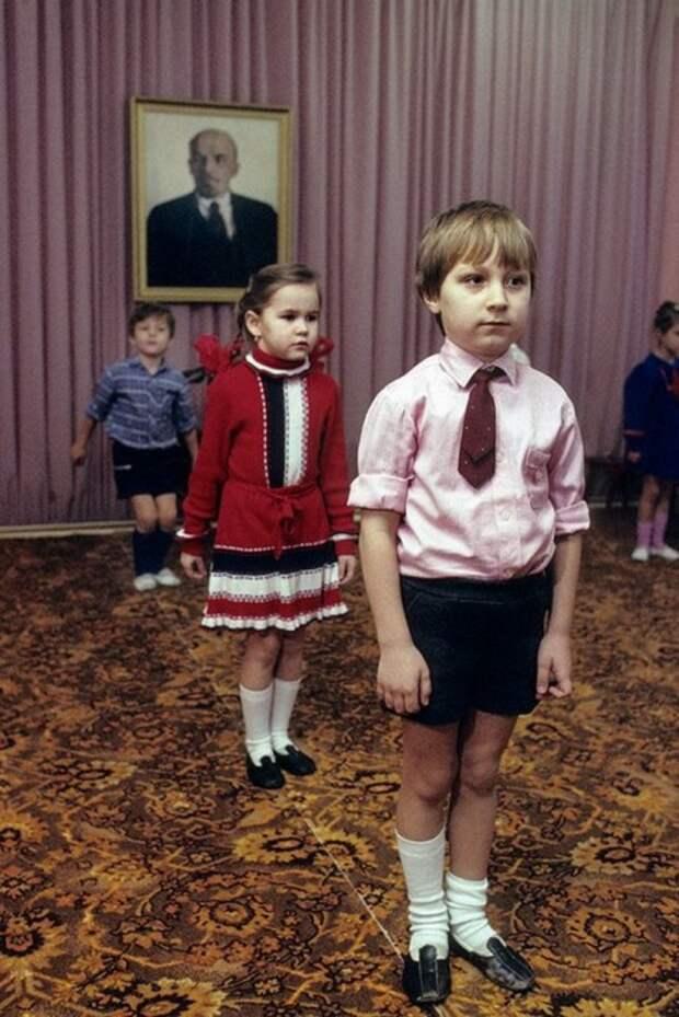 Крис Ниденталь в гостях на утренник в московском детсаду. СССР, Москва, 1989 год. Автор фотографии: Chris Niedenthal.