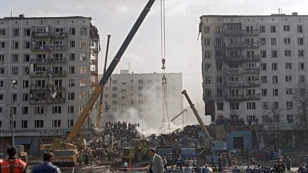 На месте взрыва жилого дома на улице Гурьянова в районе Печатники ведутся поисковые работы. Москва. РФ. 9 сентября 1999 года.