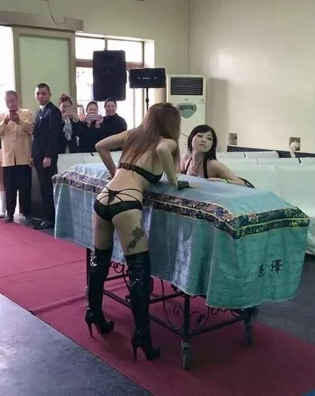Умирать, так смузыкой: странная традиция стриптиза напохоронах