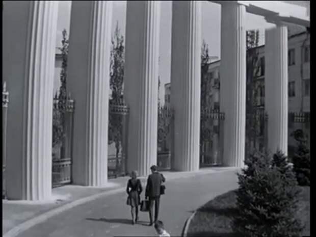 """Дом Павлова с колоннадой. Кадр из фильма """"Переходный возраст""""."""