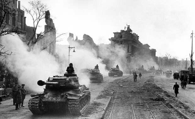 На фото: советские танки проходят мимо Бранденбургских ворот, Германия. 1945 год