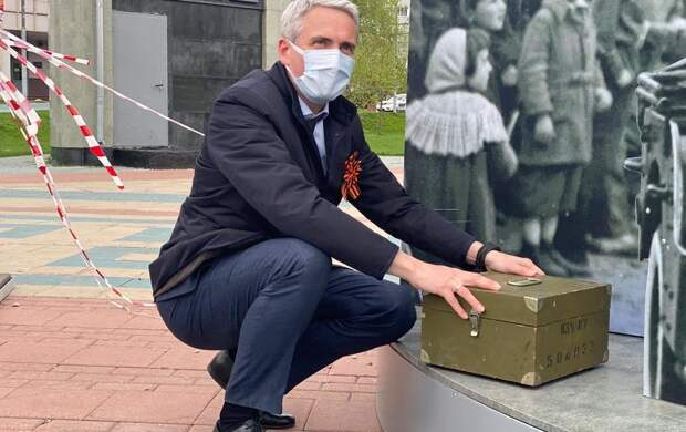 """Евгений Нифантьев подарил школьному музею """"фронтовую шкатулку"""""""