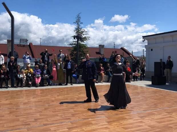 """На Матросском бульваре в Севастополе провели танцевальную акцию """"Рио-Рита"""" в честь Дня Победы"""