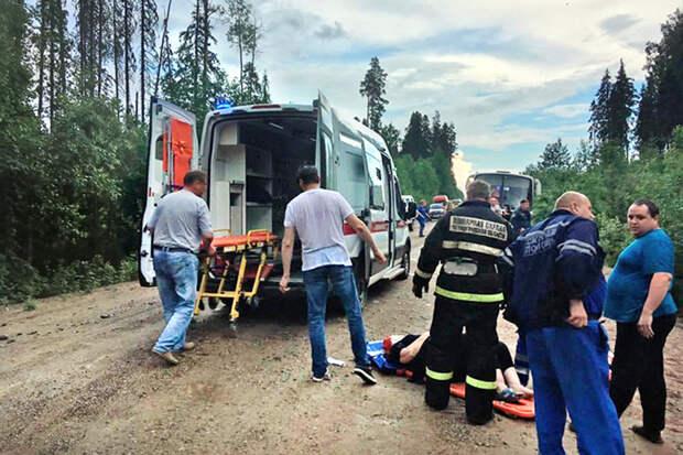 Пассажирский автобус съехал в кювет и перевернулся в Ленобласти