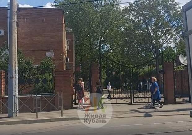 В лицее Краснодара досрочно прервали занятия из-за странного сообщения