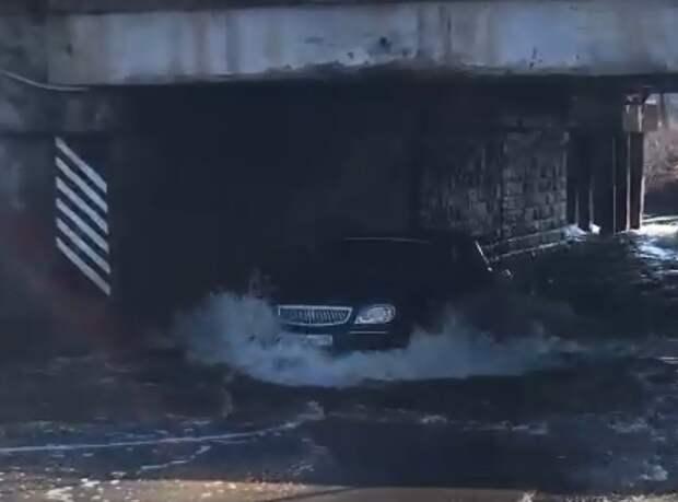 В Балезино из-за подтопления улицы Калинина закрыли проезд под мостом