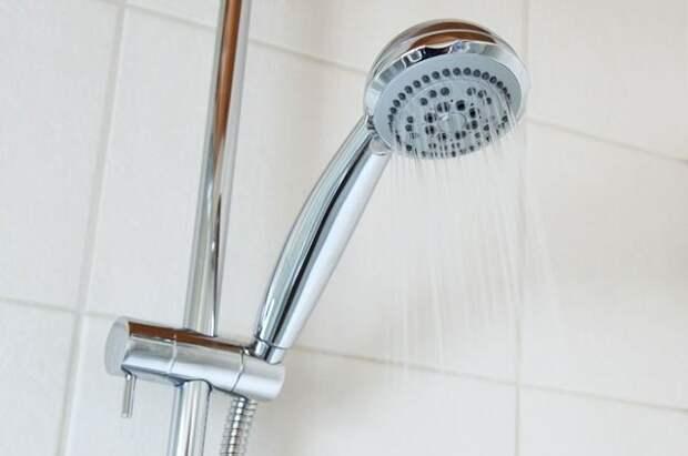 Врач-терапевт рассказал, кому опасно принимать холодный душ