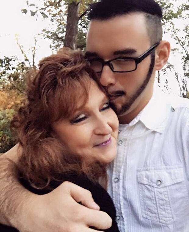 Роман 71-летней пенсионерки с 17-летним парнем завязался на похоронах её сына