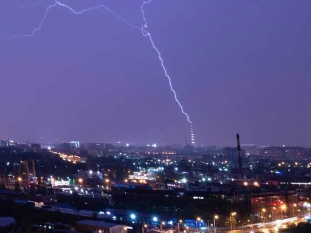 Ночью в Петербурге была гроза, молнии попали в «Лахта Центр» и телебашню. Показываем 10 эффектных фото и видео ⚡