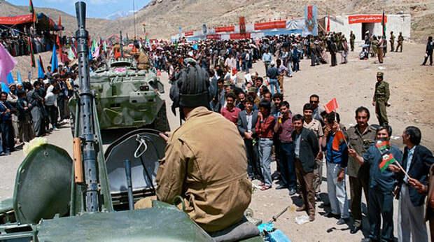 Афганцы провожают советские войска