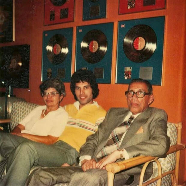 Фредди Меркьюри со своими родителями - Боми и Джер Булсара.