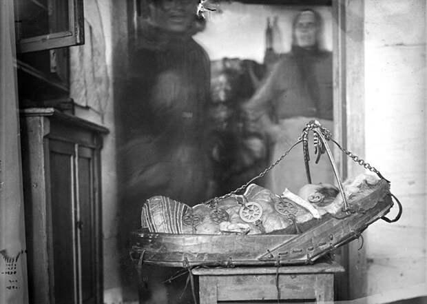 Ребенок самоеда в люльке. Самоеды (энцы). Туруханский край, 1927 г. интересное, младенцы, ношение, обычаи, пеленание, факты