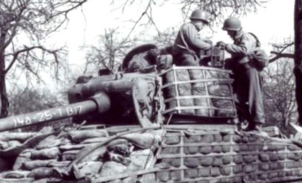 Могут ли мешки с песком защитить танк: обстрел Т-34