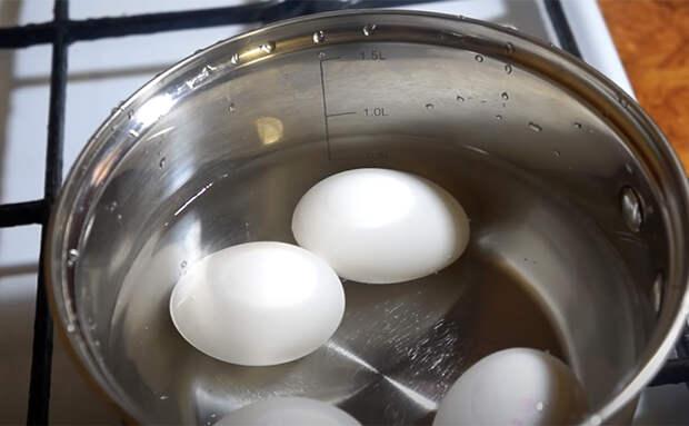 Добавляем к яйцам консервы из кильки. Одна деталь и простой салат стал деликатесом
