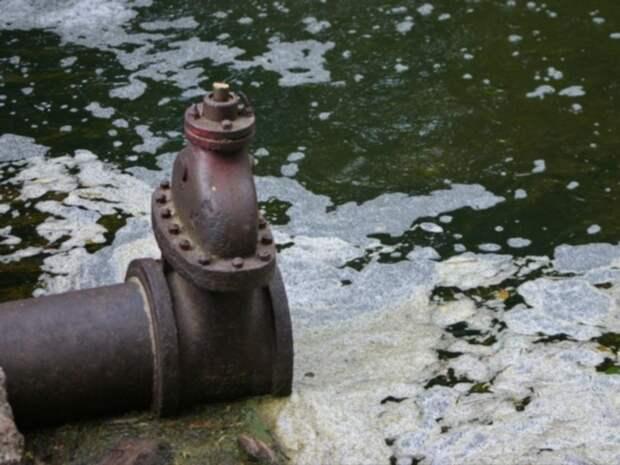 «Стреляет и пузырится»: петербуржцы пожаловались на пену, повалившую из канализационной станции