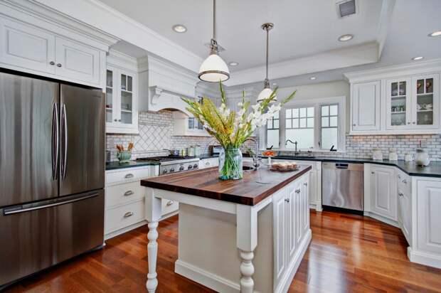 столешница коричневого цвета для кухни в светлых тонах