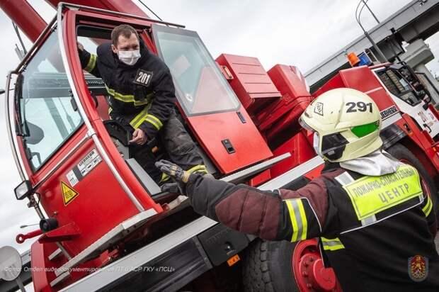 Пожарные и спасатели Москвы в майские праздники выезжали на вызовы более 700 раз