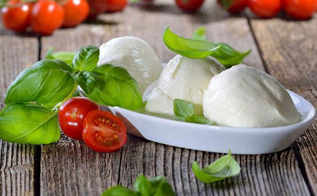 Итальянская моцарелла на обычной кухне: нужны только уксус и молоко