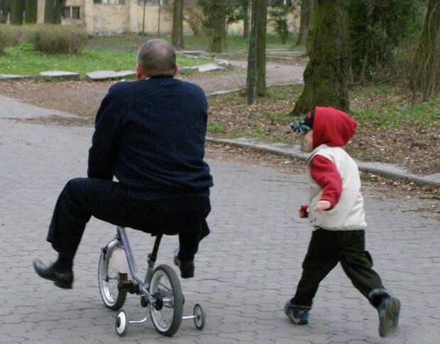 По мнению Novate.ru, папа слишком увлекся велосипедом. | Фото: Пикабу.