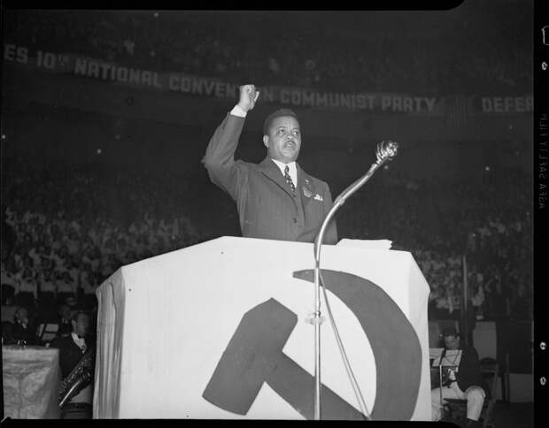 Американский коммунист  Джеймс У. Форд выступает на митинге коммунистической партии в Мэдисон-Сквер-Гарден (26 мая 1938 г.). Форд выдвинул инициативу создания фильма.