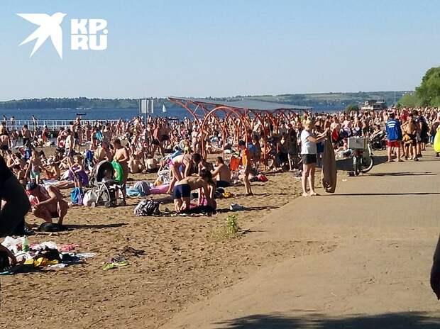 Несмотря на безумную жару, все пляжи в Пермском крае остаются закрытыми для посещений. Впрочем, горожан это не смущает. Фото: Наталья Рогозина