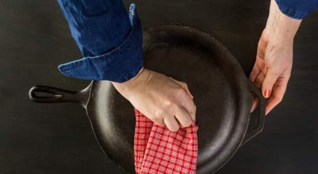 Чугунной сковороде нужно обязательно давать хорошенько высохнуть. /Фото: saraphan.top