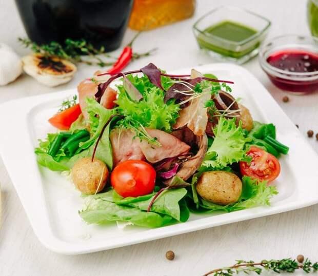 льежский салат на блюде