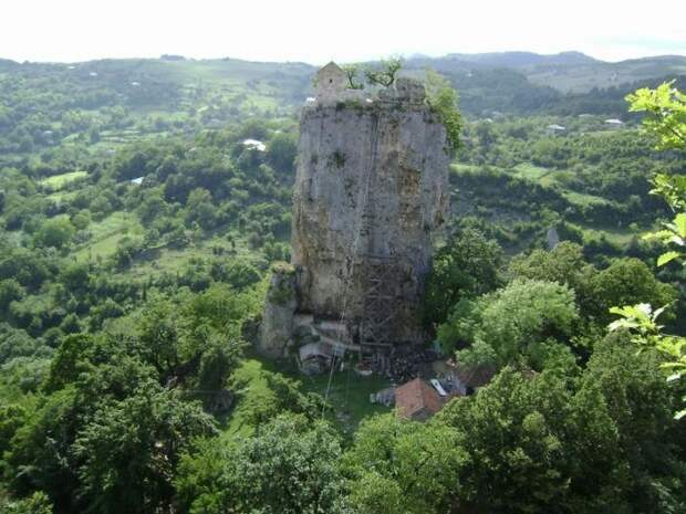 Церкви на огромных скалах