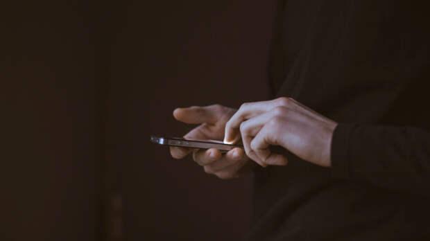 «Заклейте камеру телефона!»: эксперт поIT-безопасности рассказал, как занами следят спецслужбы