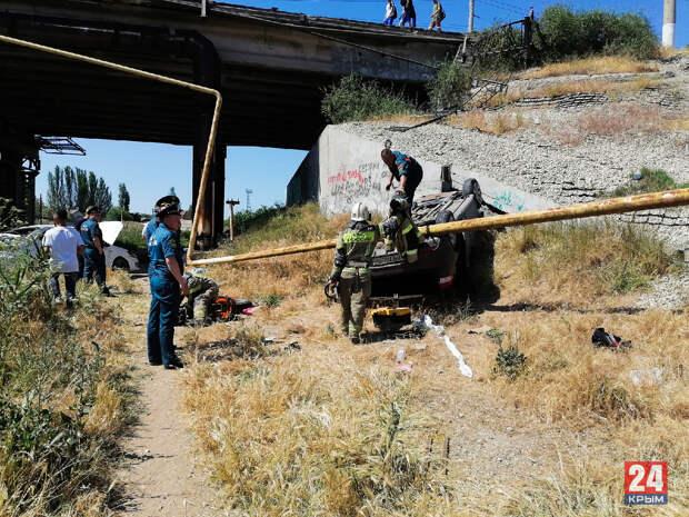 Смертельная авария: В Керчи с моста упали две легковушки