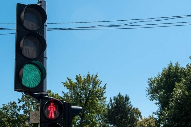 В Краснодаре ряд перекрестков около школ оборудуют светофорами
