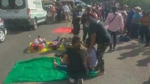 Автобус упал в овраг на юге Мексики, десятки людей пострадали
