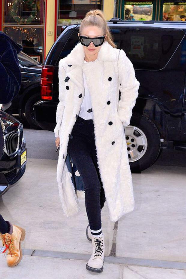 Джиджи Хадид в черных леггинсах, белое пальто и ботинки