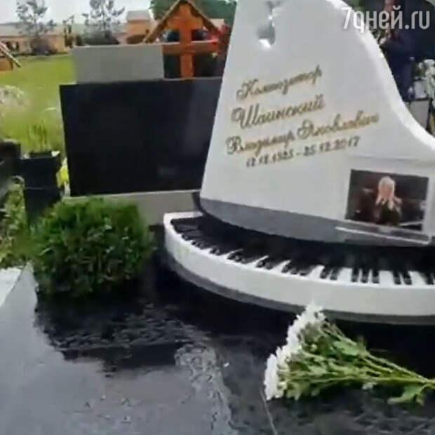 Миллионы Пугачевой преобразили могилу Шаинского