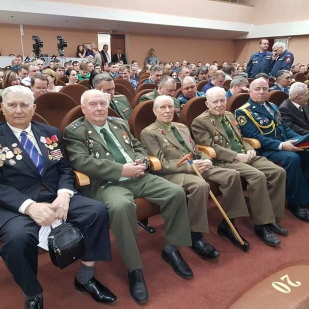 Московские спасатели поздравили ветеранов