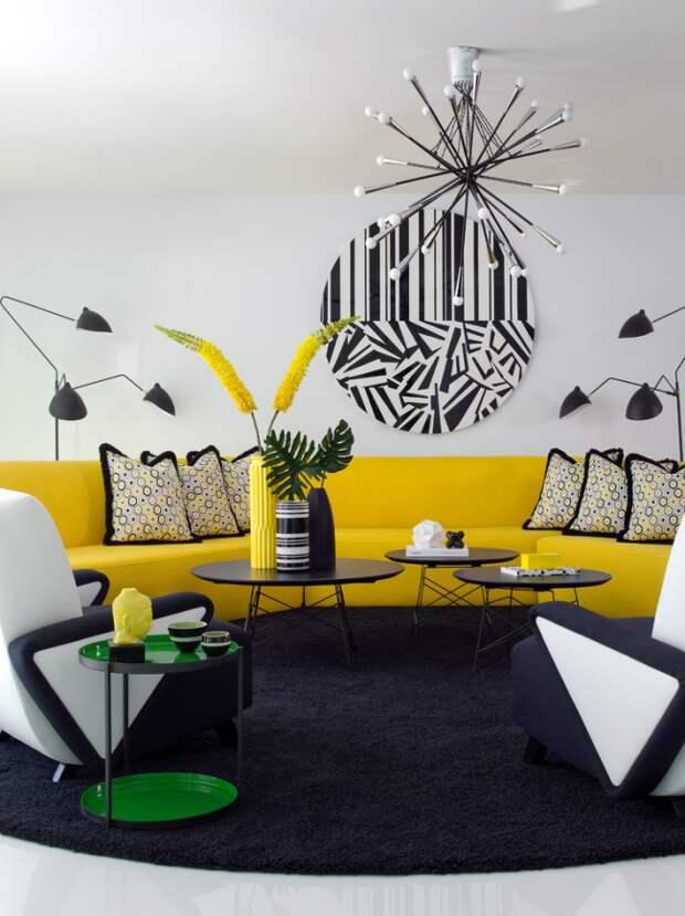 Яркая гостиная с необычным графическим рисунком и сочными желтыми акцентами в интерьере