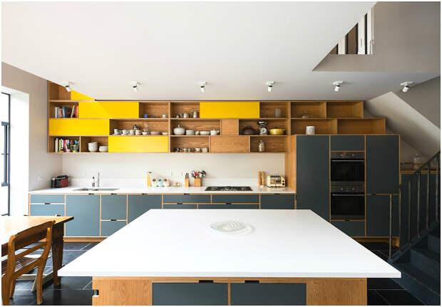 Выигрышное сочетание горчичного и антрацитового оттенков в интерьере кухни