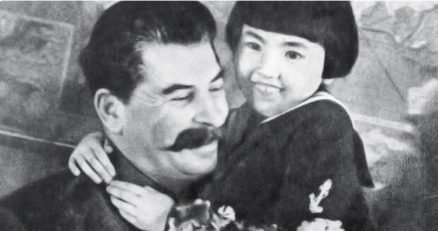 И сбоку синим карандашом написано очень чётко: «УСТРАНИТЬ». История девочки, обнимающей Сталина