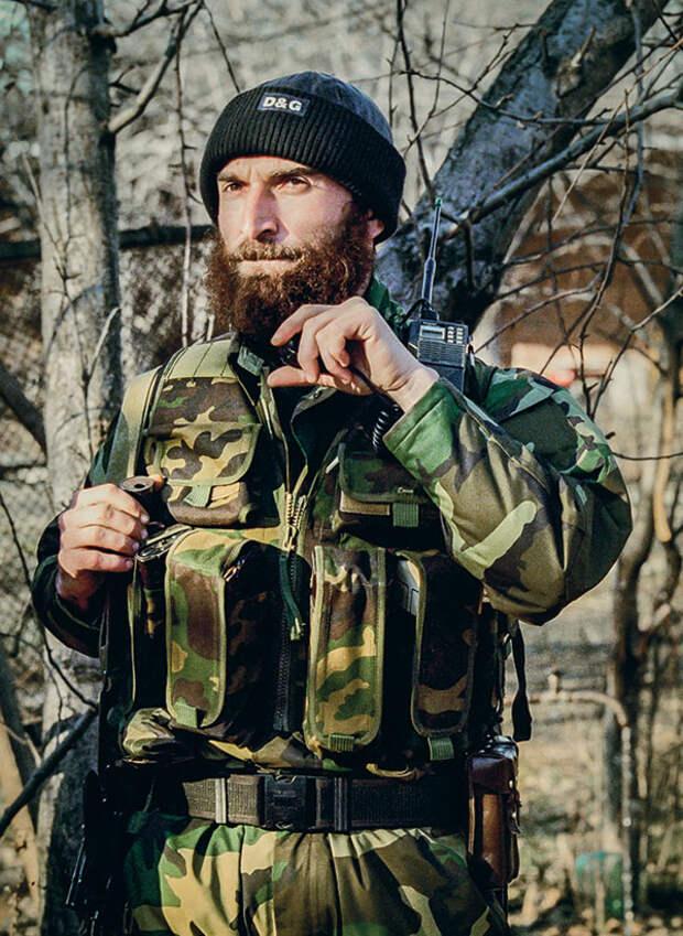 Ширвани Басаев, старший брат Шамиля Басаева, представлявший моджахедов на переговорах о беспрепятственном проходе через Хасавюрт, декабрь 1999, Жани-Ведено 033_rusrep_13-4.jpg Дмитрий Беляков