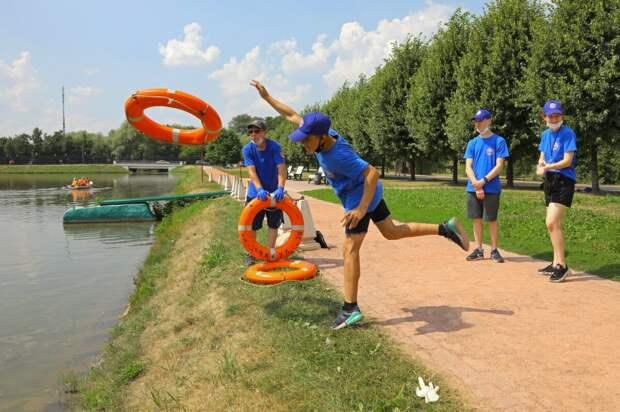 Московские водные спасатели проводят занятия с участниками проекта «PROГероев»