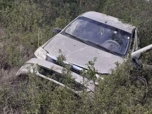 В Феодосии легковушка слетела с дороги и перевернулась