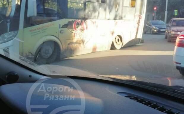 В Приокском у автобуса отвалились колёса