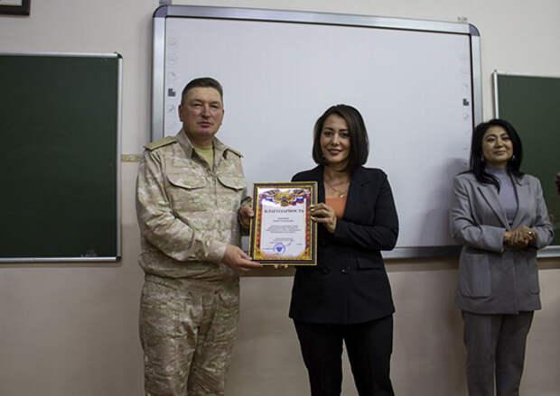 Командующий войсками Центрального военного округа наградил учителей российской школы в Таджикистане