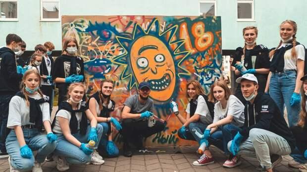 Стрит-арт художник из Испании, создавший мурал с портретом Максима Горького в центре города, провел мастер-класс для нижегородских школьников