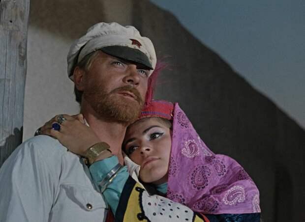 """Смерть на съёмках, клубничка, стычки с бандитами и голодные поклонницы. Как снимали """"Белое солнце пустыни"""""""